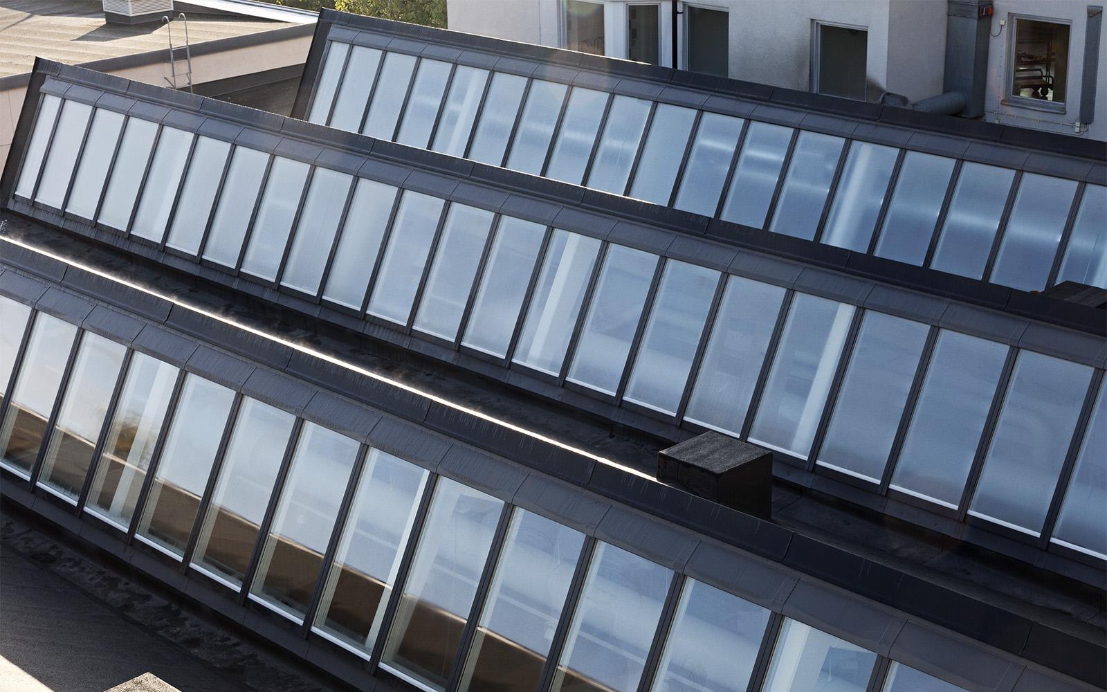 Ovenlys vinduer rettet mod nord på et spidst tag på Sågbäcksgymnasiet